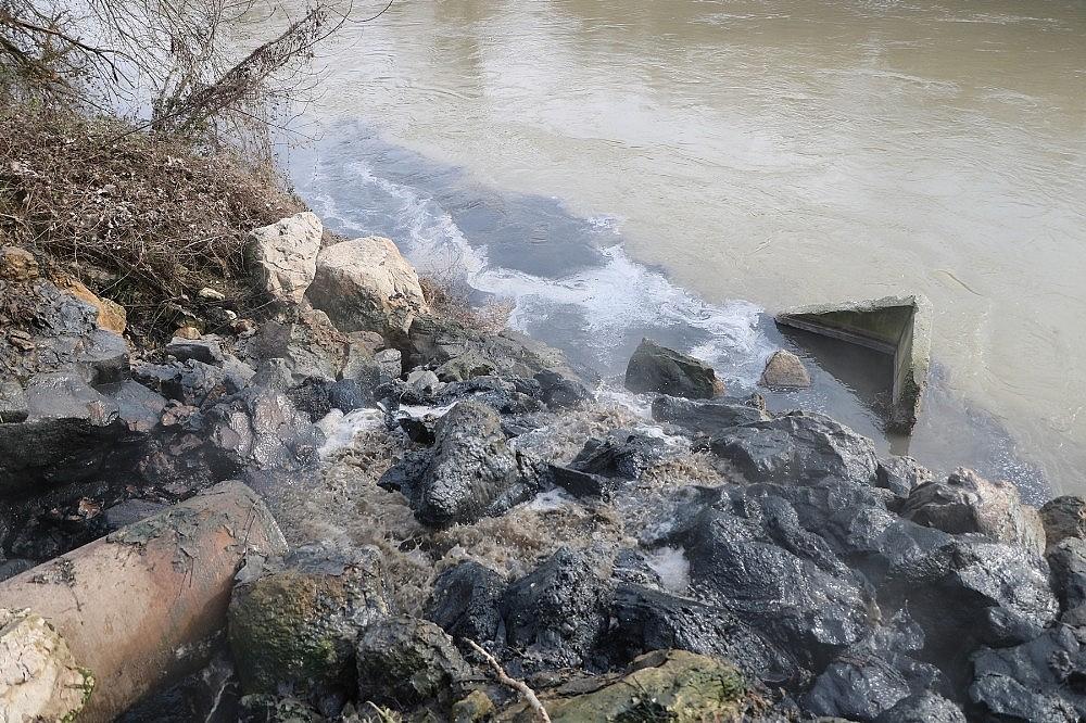 2018/01/sakarya-nehrine-akan-kimyasal-atik-nehri-siyaha-burudu-20180111AW27-3.jpg