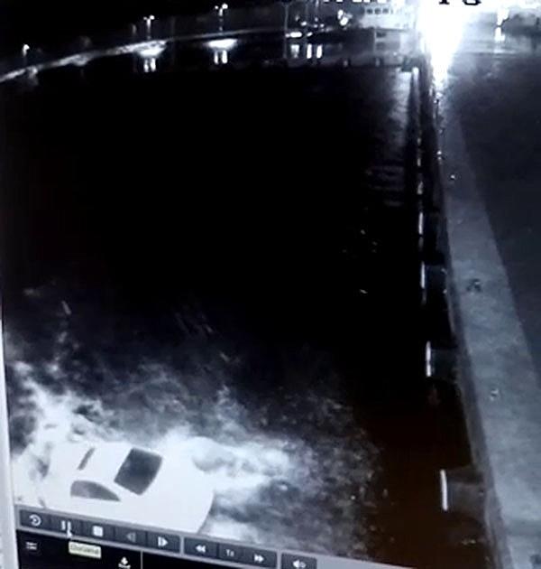 2018/03/kari-koca-denize-otomobiliyle-boyle-uctu-20180302AW32-2.jpg