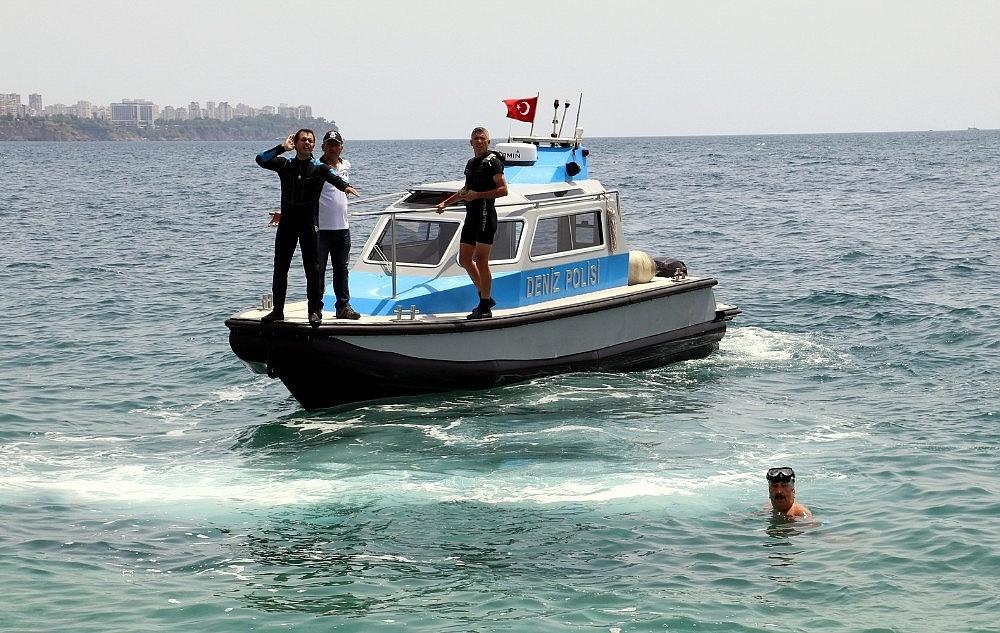2018/05/100-metre-acikta-sirtustu-yuzen-adam-deniz-polisini-alarma-gecti-20180502AW37-3.jpg