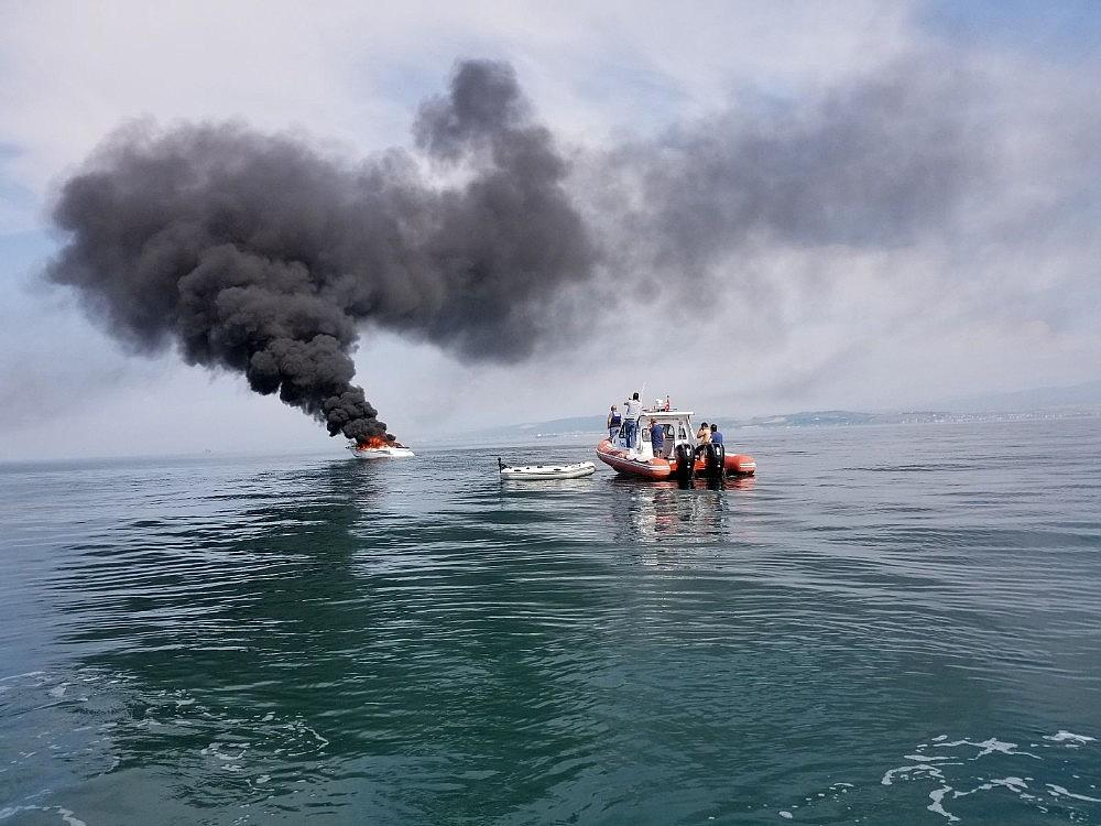 2018/06/yalova-aciklarinda-16-metrelik-tekne-alev-alev-yandi-20180606AW41-5.jpg