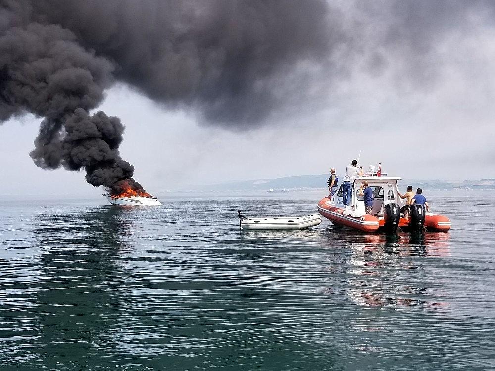 2018/06/yalova-aciklarinda-16-metrelik-tekne-alev-alev-yandi-20180606AW41-6.jpg