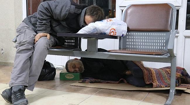 Evsizler, 2018'e banklarda veya yerde yatarak girdi