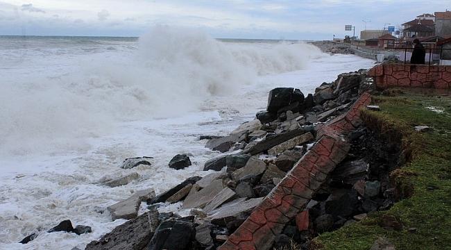 Karadeniz'de fırtınanın oluşturduğu dev dalgalar İnebolu'yu vurdu
