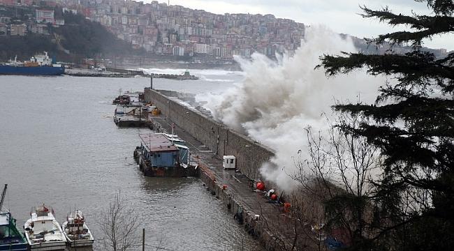 Zonguldak Limanı dev dalgalara teslim oldu