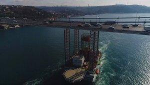 Dev platformun İstanbul Boğazı'ndan geçişi sürüyor
