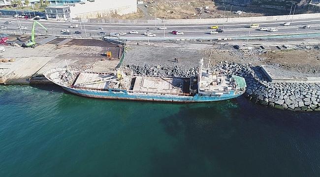 Zeytinburnu'nda karaya oturan gemi havadan görüntülendi