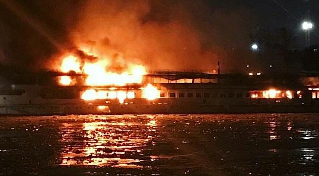 Moskova'da eğlence gemisi yanıyor