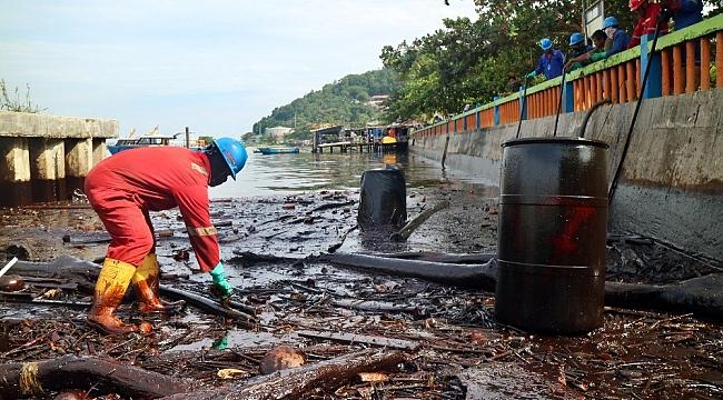 Endonezya petrol sızıntısını durdurmaya çalışıyor