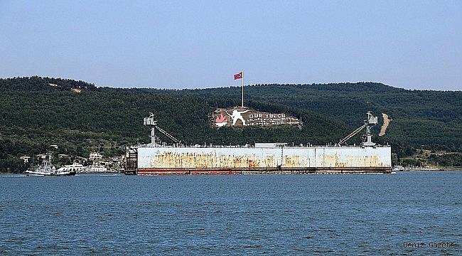 Römorkör ve yedeğindeki boyu 470 metre olan askeri havuz Çanakkale Boğazı'ndan geçti