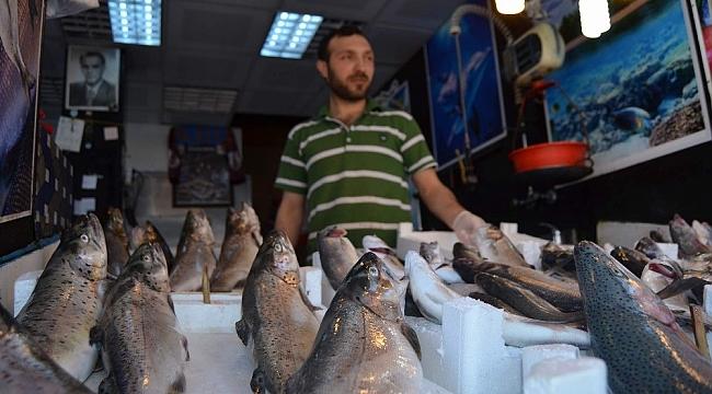 Balıkçı tezgahları balık olmayınca sebze ve meyve tezgahına döndü