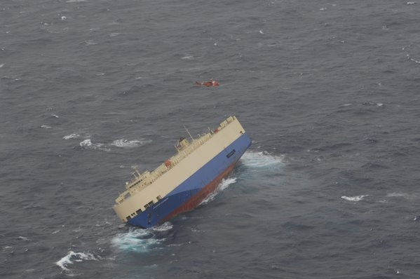 Araba Gemisi 40 derece yan yattı, mürettebat kurtarıldı...