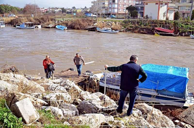 Edremit'te kuvvetli lodos tekne batırdı