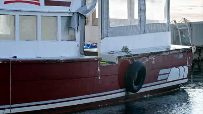 Göçmenleri yıpranmış tekneye bindirmek isterken yakalandı
