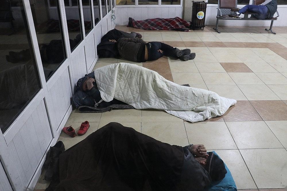 2018/01/evsizler-2018e-banklarda-veya-yerde-yatarak-girdi-20180101AW26-2.jpg