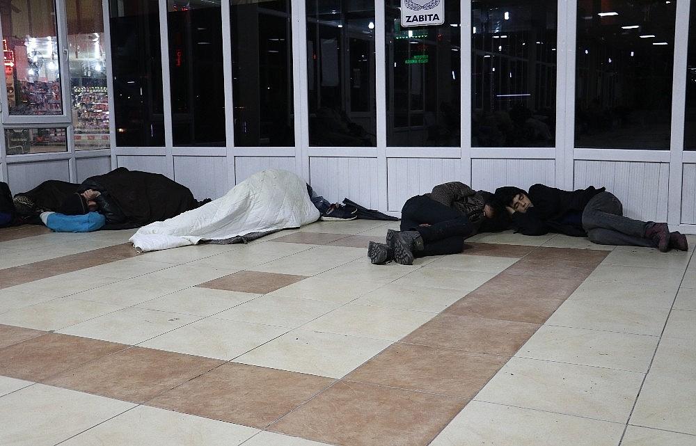 2018/01/evsizler-2018e-banklarda-veya-yerde-yatarak-girdi-20180101AW26-7.jpg