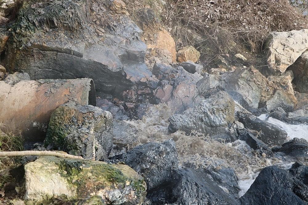 2018/01/sakarya-nehrine-akan-kimyasal-atik-nehri-siyaha-burudu-20180111AW27-1.jpg