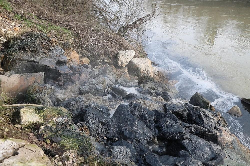 2018/01/sakarya-nehrine-akan-kimyasal-atik-nehri-siyaha-burudu-20180111AW27-2.jpg