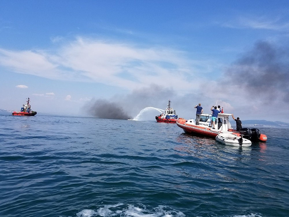 2018/06/yalova-aciklarinda-16-metrelik-tekne-alev-alev-yandi-20180606AW41-4.jpg
