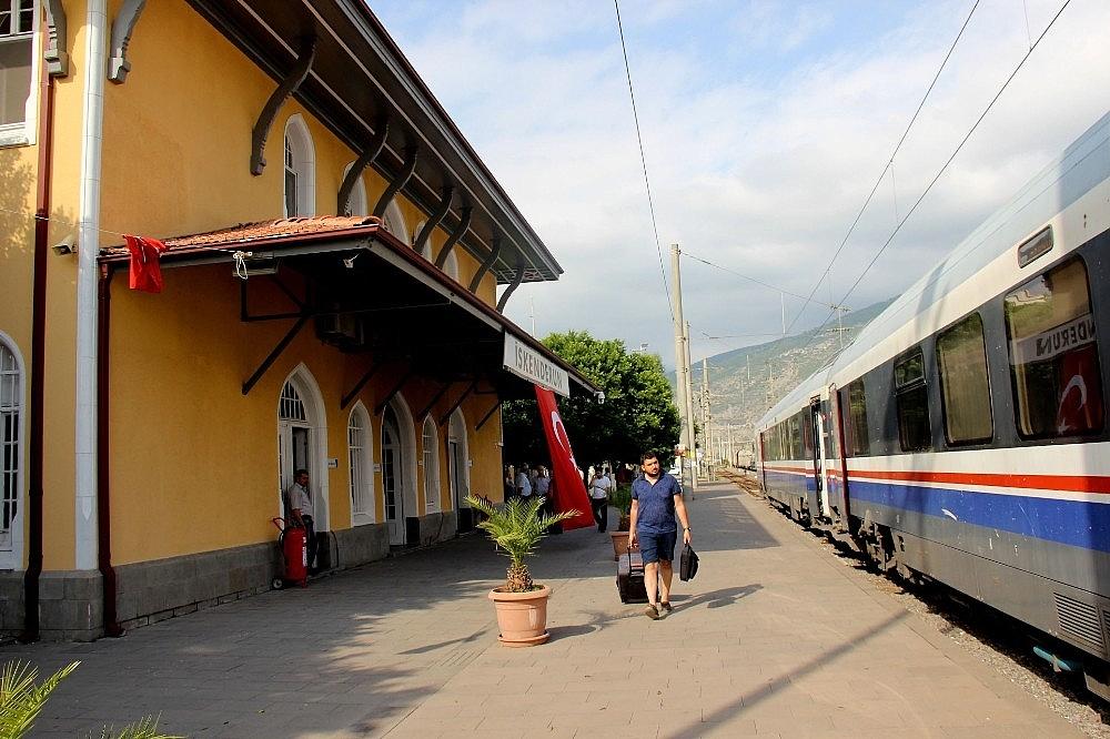 2018/07/103-yillik-tarihi-iskenderun-gari-hizli-treni-bekliyor-20180704AW43-1.jpg