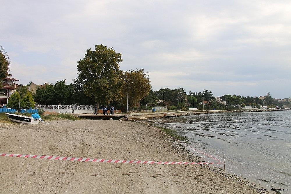 2018/10/kizila-boyanan-bolgede-denize-yaklasmak-ve-girmek-yasaklandi-20181012AW51-2.jpg