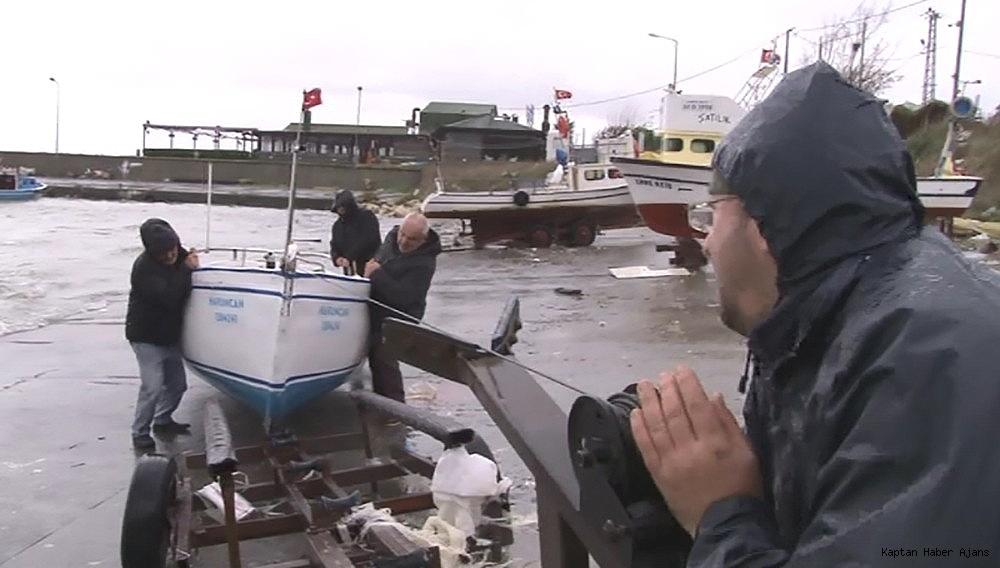 2018/11/siddetli-ruzgardan-etkilenen-balikcilar-teknelerini-zor-kurtardi-20181129AW55-1.jpg