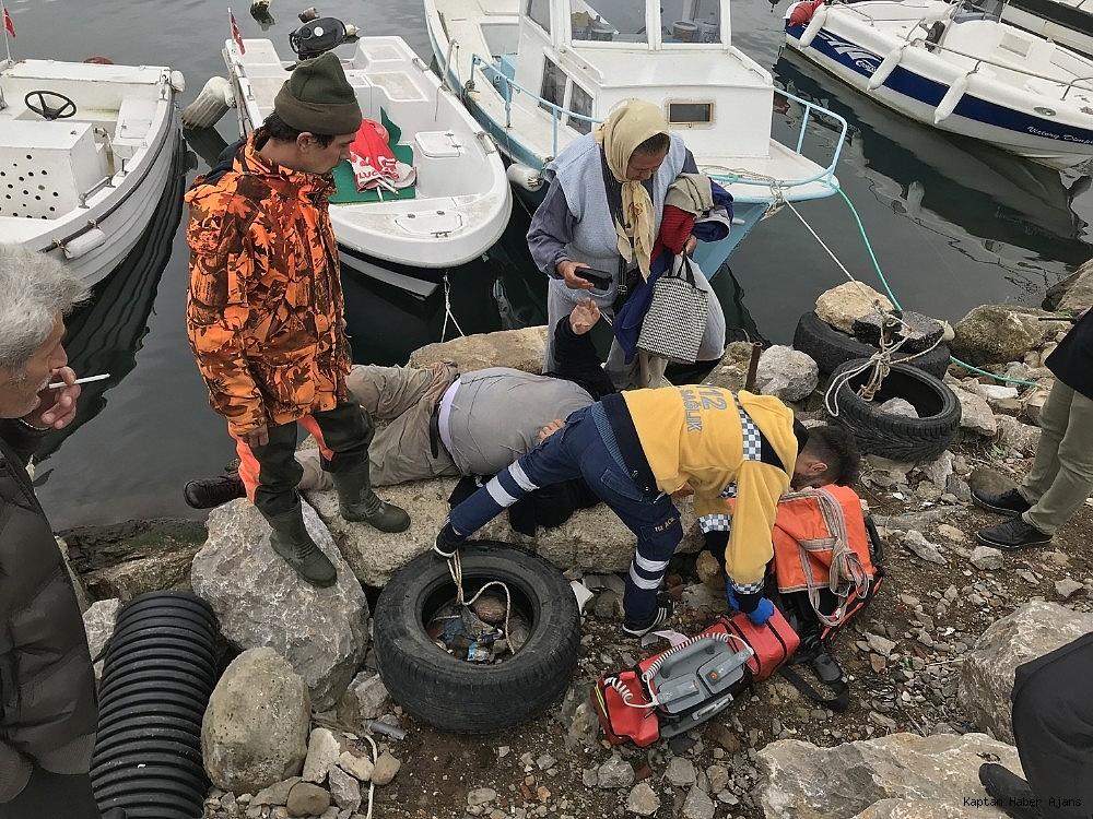 2018/11/tekneyi-baglarken-fenalasan-vatandas-denize-dustu-20181124AW55-4.jpg