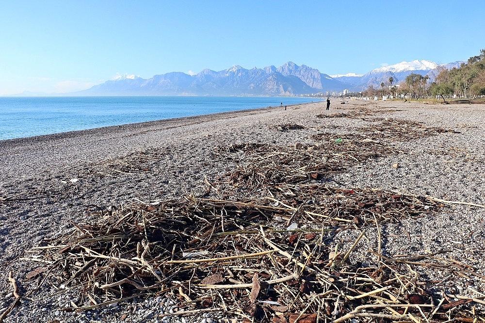 2019/01/felaketin-ardindan-gunesi-gorenler-denize-kostu-20190128AW60-11.jpg