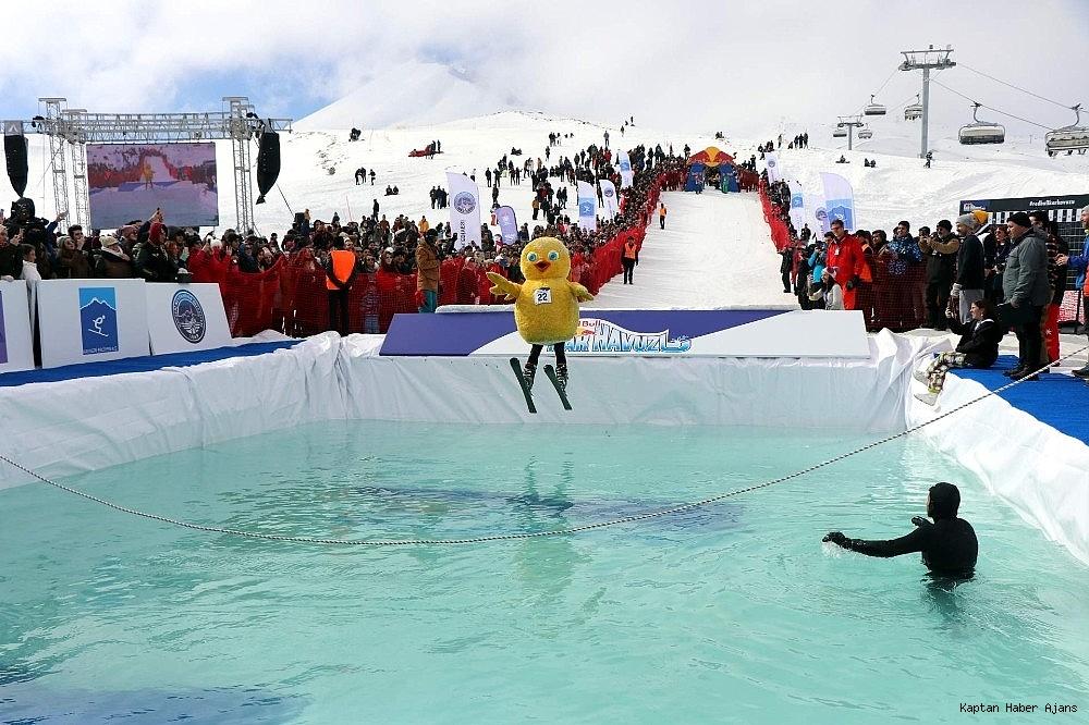 2019/02/farkli-kostumlerle-buz-gibi-suya-atladilar-20190216AW62-1.jpg
