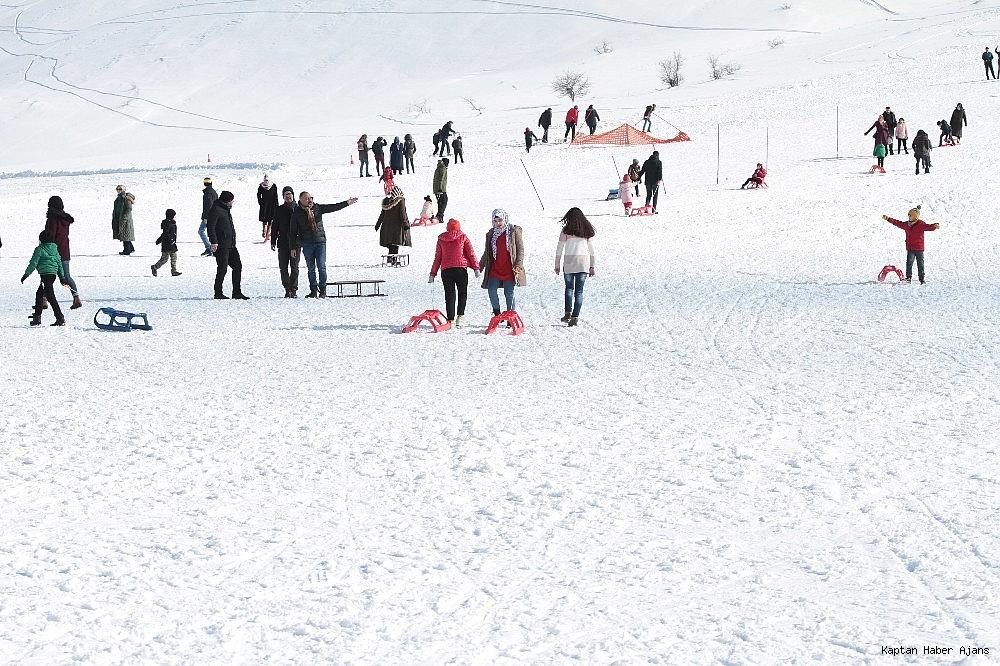 2019/02/gol-manzarali-kayak-merkezinde-hafta-sonu-yogunlugu-20190217AW62-4.jpg