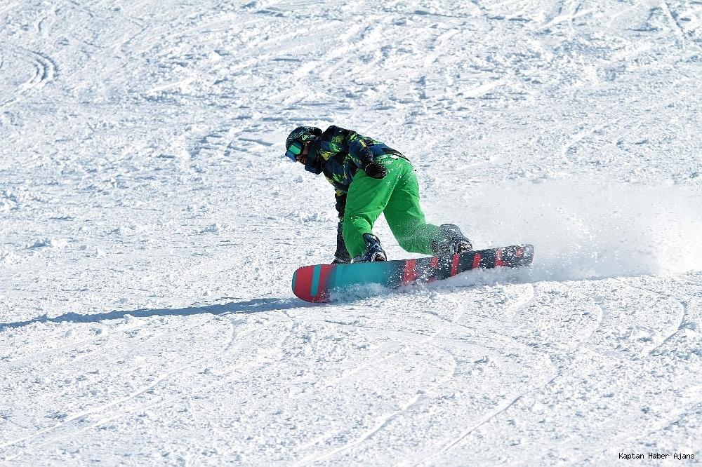 2019/02/gol-manzarali-kayak-merkezinde-hafta-sonu-yogunlugu-20190217AW62-8.jpg
