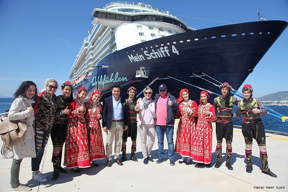 2019/04/bodrumda-13-katli-dev-yolcu-gemisine-folklor-ekibi-ile-karsilama-20190421AW68-1.jpg