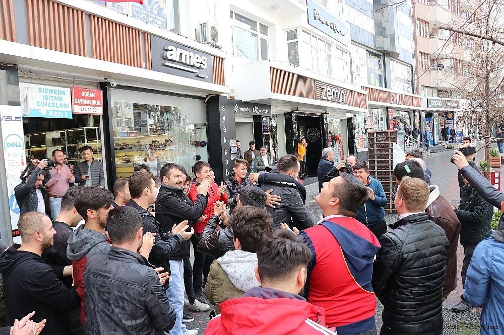 2019/04/kavga-ihbarina-giden-polis-ekipleri-konfeti-ve-dev-turk-bayragi-ile-karsilandi-20190408AW67-1.jpg