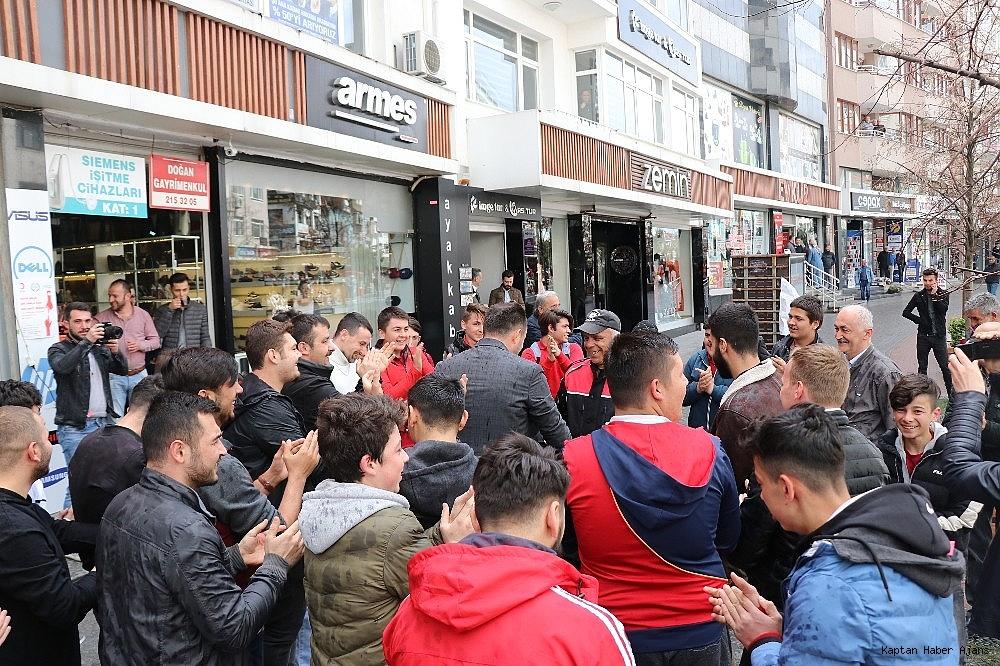 2019/04/kavga-ihbarina-giden-polis-ekipleri-konfeti-ve-dev-turk-bayragi-ile-karsilandi-20190408AW67-3.jpg