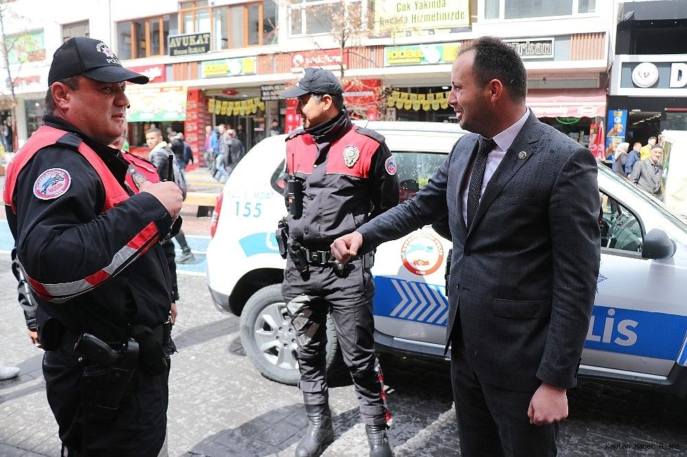 2019/04/kavga-ihbarina-giden-polis-ekipleri-konfeti-ve-dev-turk-bayragi-ile-karsilandi-20190408AW67-4.jpg