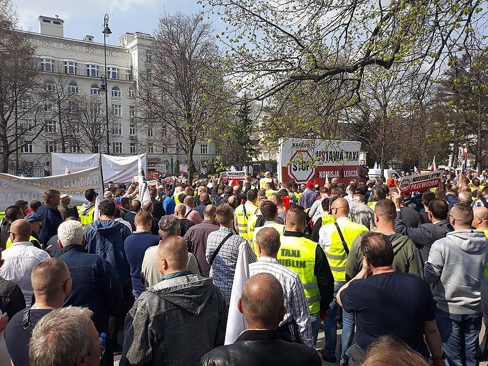 2019/04/polonyali-taksiciler-uber-ve-abd-buyukelcisini-protesto-etti-20190408AW67-1.jpg