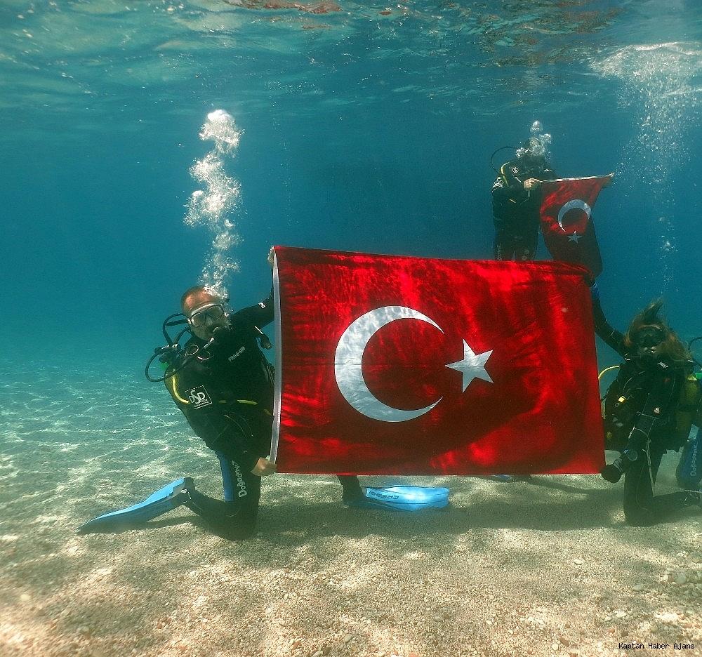 2019/05/100yilda-deniz-dibinde-turk-bayragi-actilar-20190519AW70-1.jpg