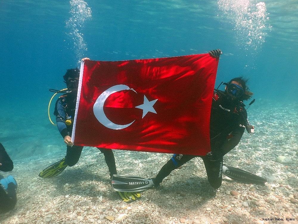 2019/05/100yilda-deniz-dibinde-turk-bayragi-actilar-20190519AW70-5.jpg