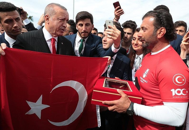 2019/05/bandirma-vapuru-rotasinda-kurek-cektiler-turk-bayragini-cumhurbaskani-erdogana-ulastirdilar-20190521AW70-1.jpg