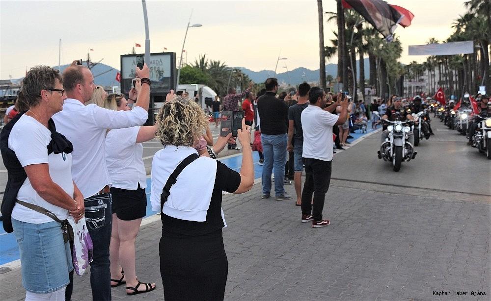 2019/05/marmariste-yabanci-turistler-fener-alayini-fotograflamak-icin-yaristilar-20190519AW70-1.jpg