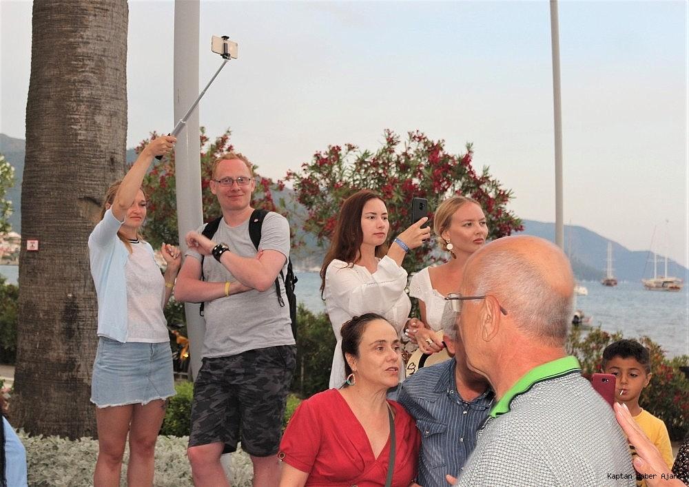 2019/05/marmariste-yabanci-turistler-fener-alayini-fotograflamak-icin-yaristilar-20190519AW70-3.jpg