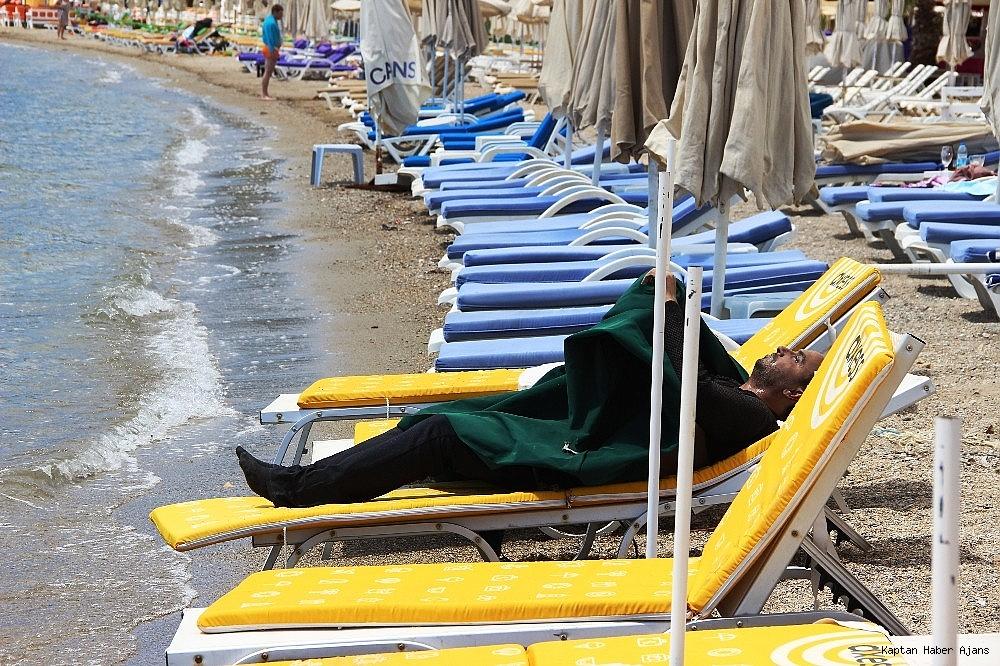 2019/05/sahilde-denize-giren-turistler-sok-oldu-20190502AW69-4.jpg