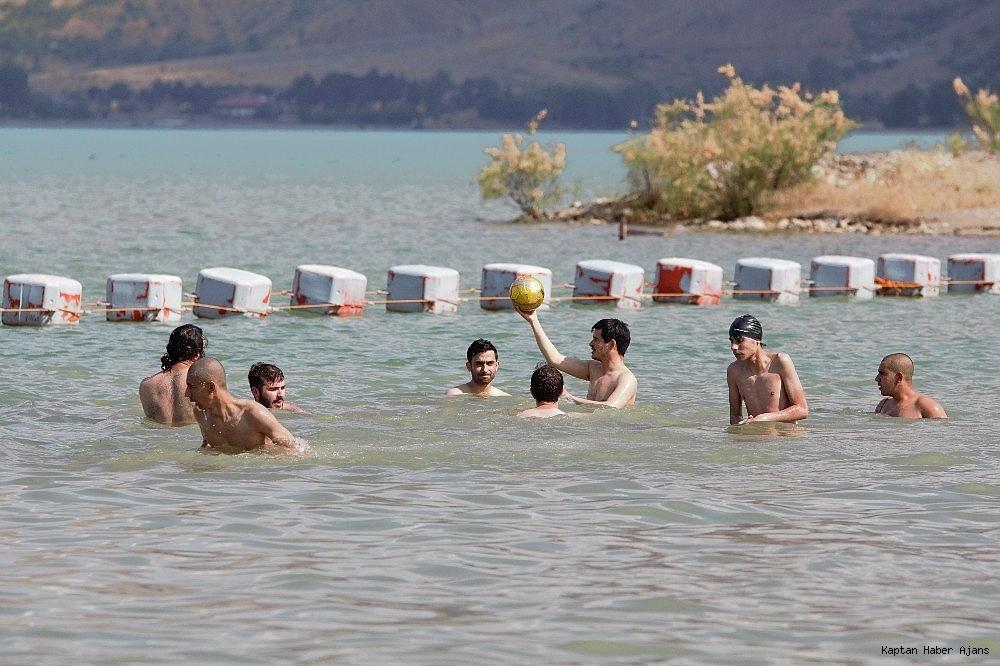 2019/06/tatilciler-secime-gitti-dogunun-gizli-denizi-hazar-bosaldi-20190623AW73-6.jpg