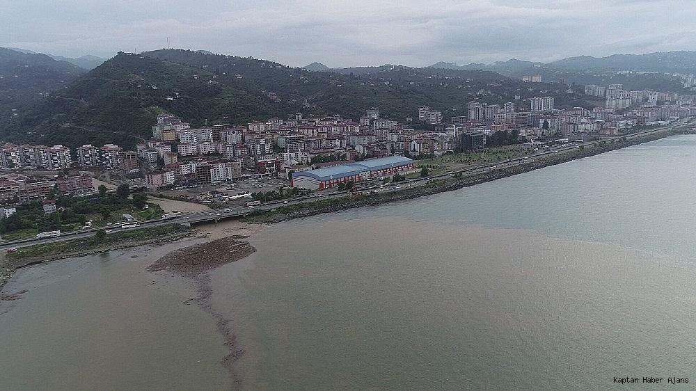 2019/06/trabzonda-siddetli-yagislar-sonrasi-deniz-camura-bulandi-derelerin-getirdigi-agac-parcalari-ile-doldu-20190621AW73-6.jpg