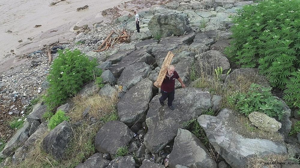 2019/06/trabzonda-siddetli-yagislar-sonrasi-deniz-camura-bulandi-derelerin-getirdigi-agac-parcalari-ile-doldu-20190621AW73-8.jpg