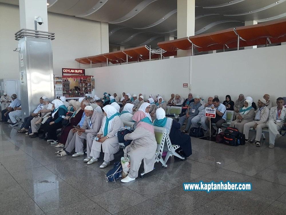 2019/07/160-haci-adayi-havaalaninda-mahsur-kaldi-20190707AW74-1.jpg