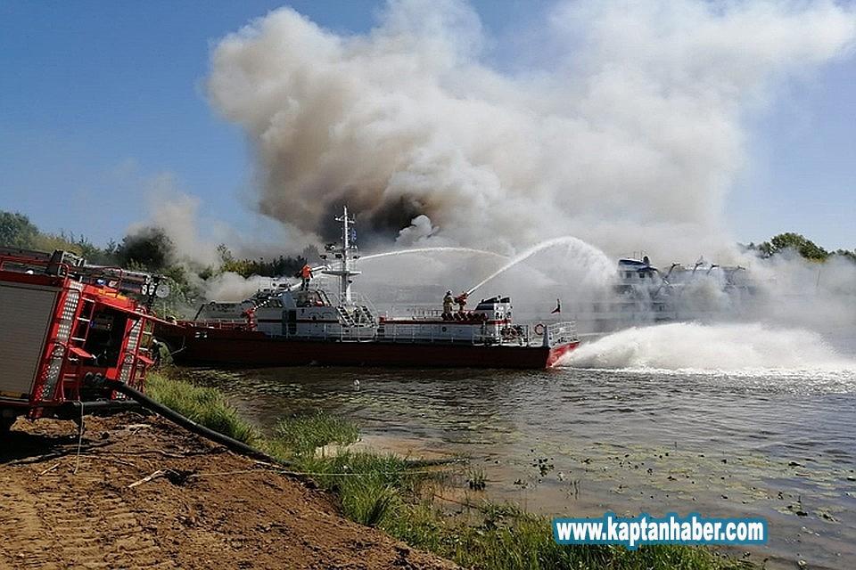 2019/08/rusyada-tersaneye-cekilen-yolcu-gemisinde-yangin-20190813AW77-1.jpg