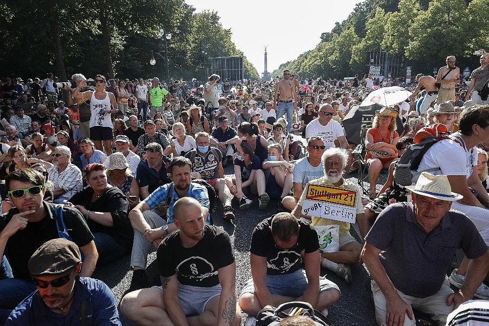 2020/08/berlinde-covid-19-kisitlamalari-protesto-edildi-20200801AW08-1.jpg