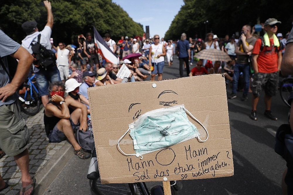 2020/08/berlinde-covid-19-kisitlamalari-protesto-edildi-20200801AW08-10.jpg