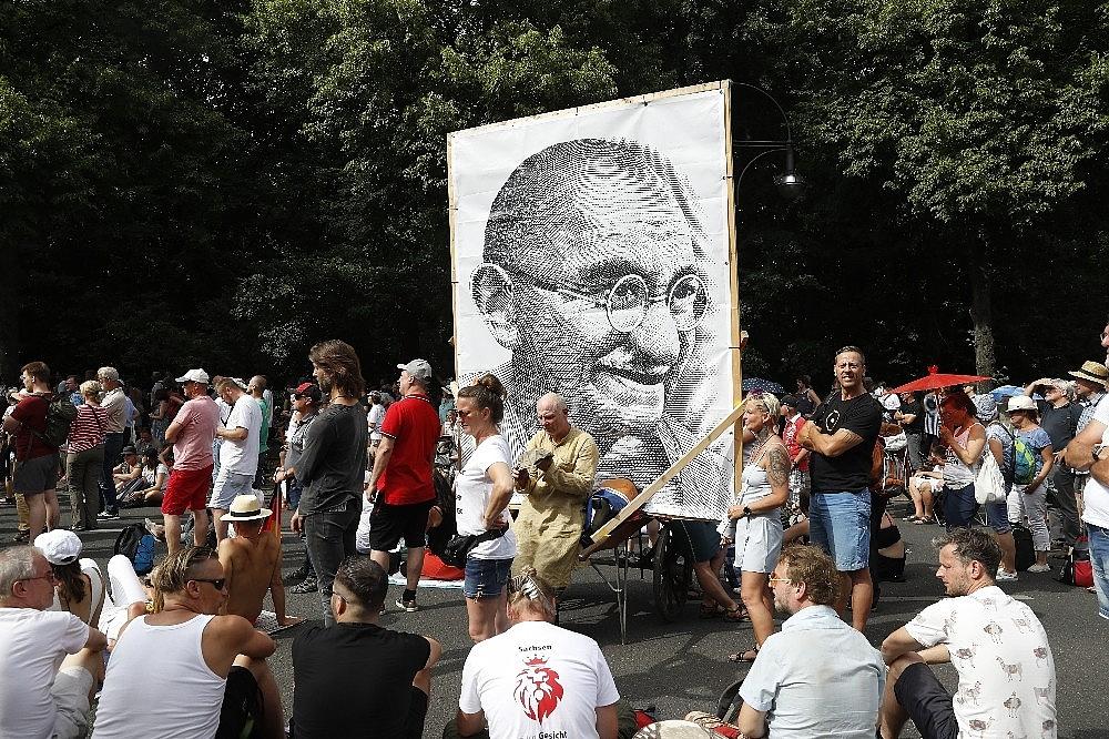 2020/08/berlinde-covid-19-kisitlamalari-protesto-edildi-20200801AW08-11.jpg