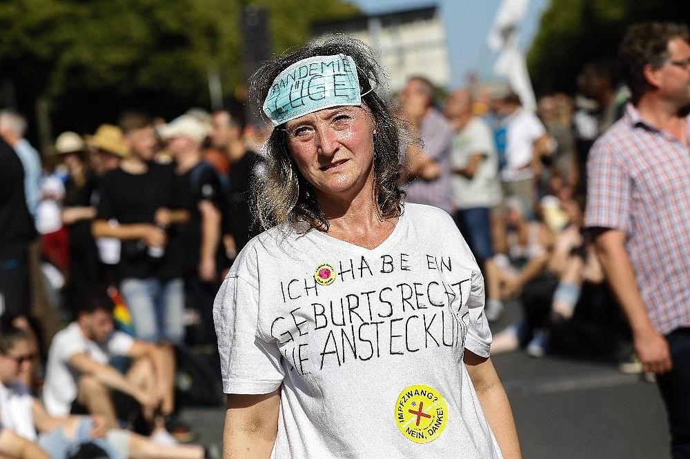 2020/08/berlinde-covid-19-kisitlamalari-protesto-edildi-20200801AW08-13.jpg